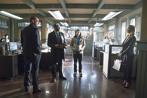 """The Flash -- """"Who is Harrison Wells?"""" -- Image FLA119B_0206b -- Pictured (L-R): Paul Blackthorne as Quentin Lance, Jesse L. Martin as Detective Joe West, Carlos Valdes as Cisco Ramon, and Katie Cassidy as Laurel Lance -- Photo: Katie Yu /The CW -- �© 2015 The CW Network, LLC. All rights reserved"""